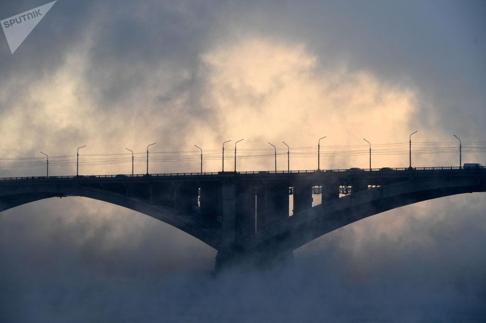 سيارات تعبر جسر كومونالني على نهر ينيسي في مدينة كراسنويارسك الروسية