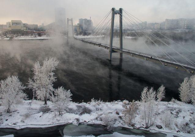 جسر فينوغرادسكي الذي يعبر جسر ينيسي باتجاه جزيرة تاتيشيفا في كراسنويارسك الروسية