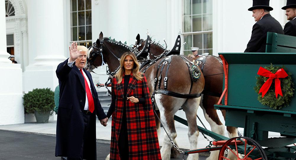 الرئيس الأمريكي دونالد ترامب وزوجته ميلانيا ترامب يتلقيان شجرة عيد الميلاد الرسمية في البيت الأبيض في نورث بورتيكو بالبيت الأبيض في واشنطن، الولايات المتحدة، 19 نوفمبر / تشرين الثاني، 2018.