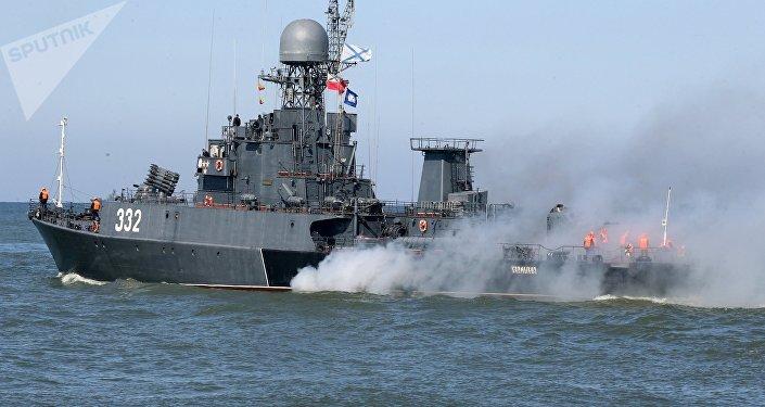 البحرية الروسية تصلح قاربا خلال المناورات…فيديو