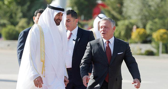 ولي عهد أبوظبي الشيخ محمد بن زايد آل نهيان مع العاهل الأردني الملك عبد الله في مطار عمان العسكري، 20 نوفمبر/تشرين الثاني 2018