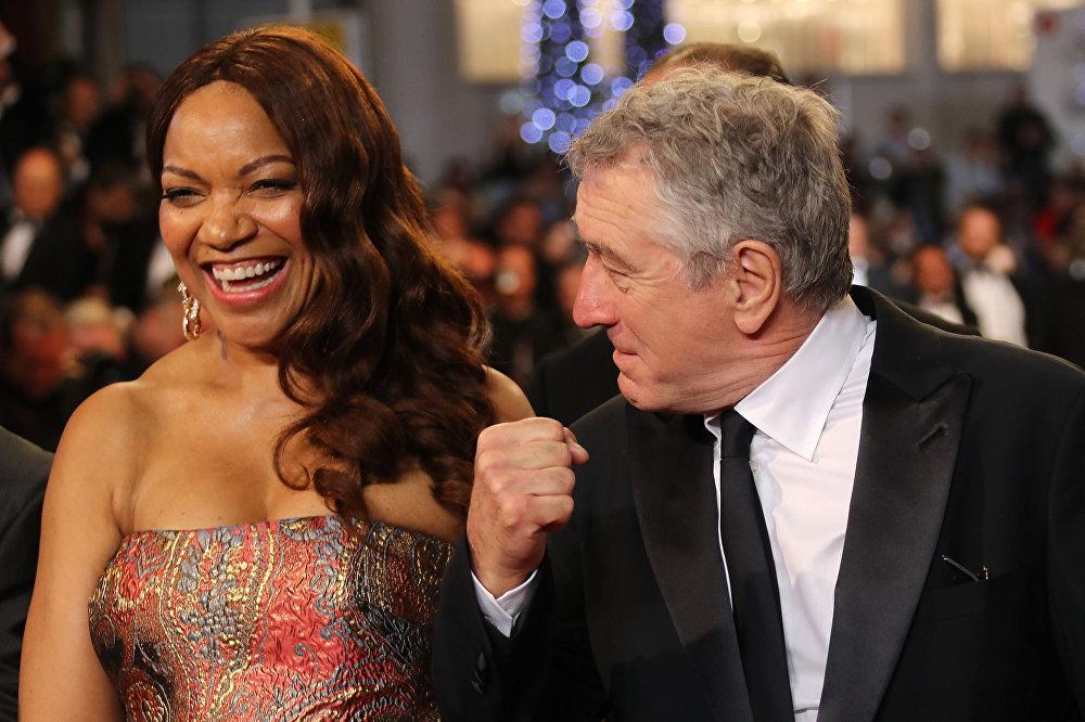 الممثل الأمريكي روبيرت دي نيرو وزوجته غريس هايتاور في الحفل الـ 69 لمهرجان كان السينمائي، فرنسا 2016