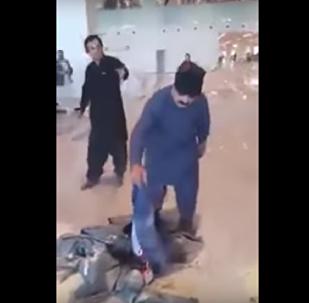 وزير باكستاني يشعل النار في حقائبه بمطار إسلام أباد