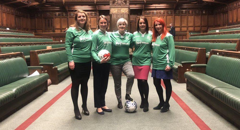البرلمانيات البريطانيات يلعن كرة القدم داخل البرلمان