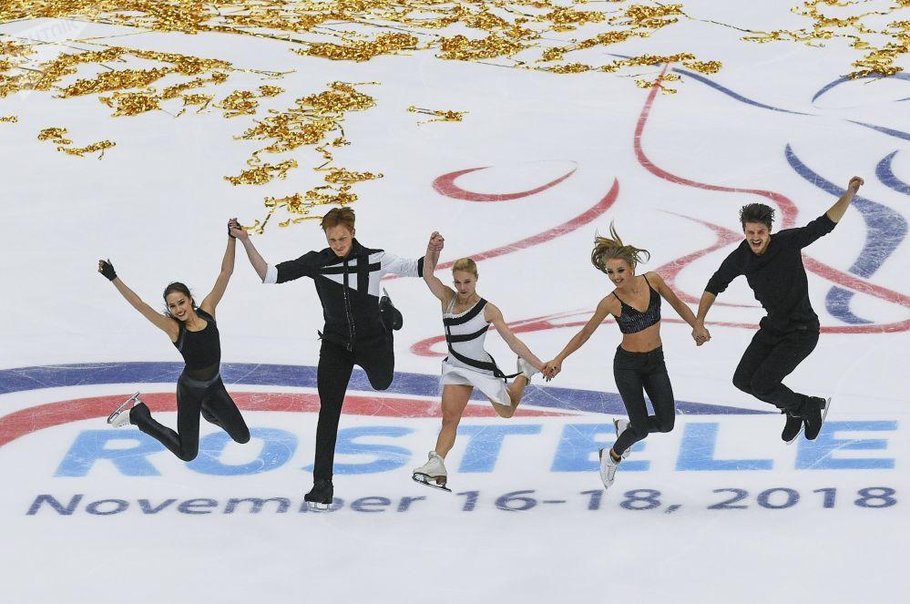 المتلزجون الروس: ألينا زاغيتوفا، يفغينيا تاراسوفا، فلاديمير موروزوف، ألكسندرا ستيبانوفا، إيفان بوكين خلال الفقرة الحرة للتزلج في البطولة الخامسة للجائزة الكبرى للتزلج على الجليد في موسكو