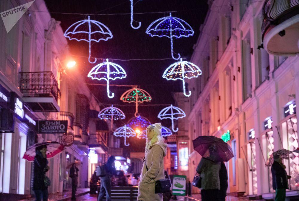 تزيين شوارع مدينة يالطا الروسية