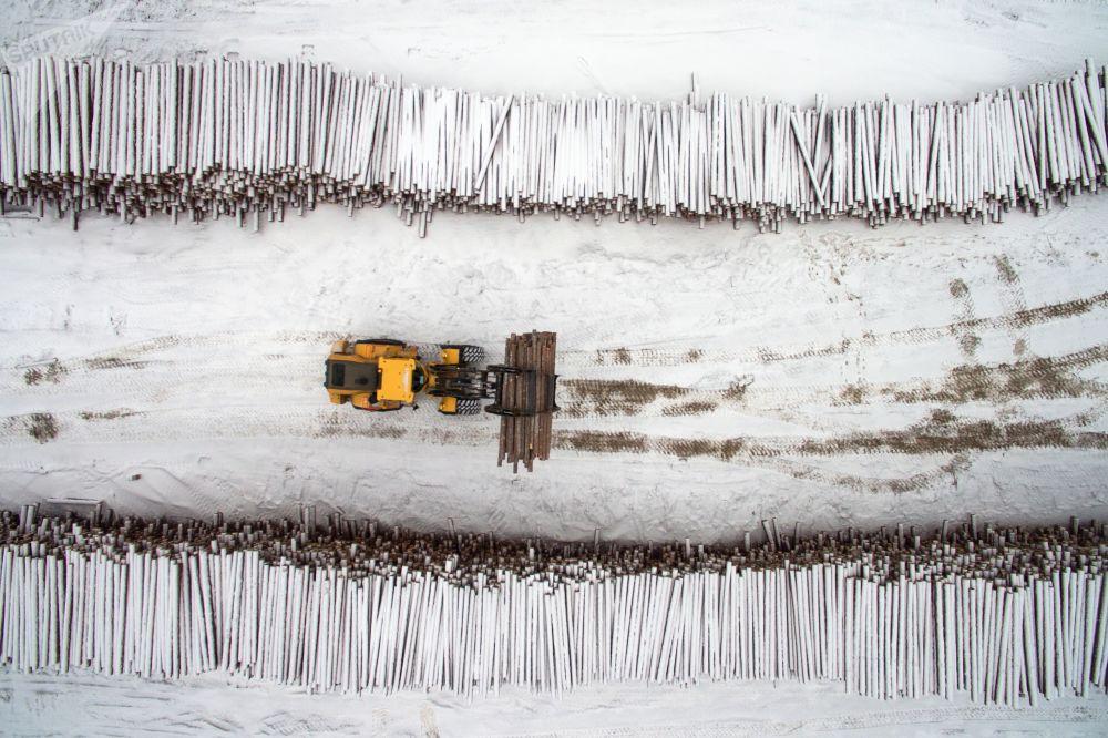مستودع المواد الخام من مجمع لصناعة الأخشاب من كراسليسينفيست في حي من إقليم كراسنويارسك الروسي