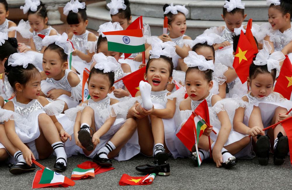 أطفال فيتناميون يحملون الأعلام بعد الترحيب بزيارة الرئيس الهندي رام ناث كوفيند في هانوي، فيتنام 20 نوفمبر/ تشرين الثاني 2018