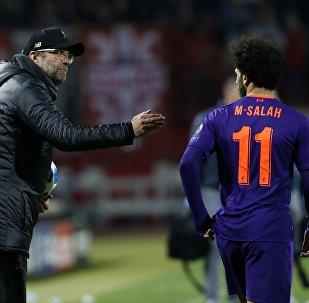 يورغن كلوب مدرب ليفربول مع النجم المصري محمد صلاح