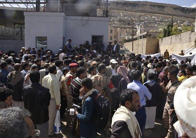 وقفة احتجاجية للعاملين بالمؤسسات الخدمية أمام مقر الأمم المتحدة بصنعاء