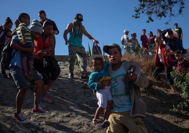 مهاجرين يحاولون اقتحام الحدود الأمريكية المكسيكية