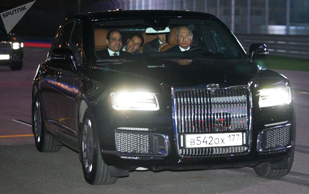 الرئيس الروسي فلاديمير بوتين يقود سيارته الجديدة برفقة الرئيس المصري عبدالفتاح السيسي، عام 2018