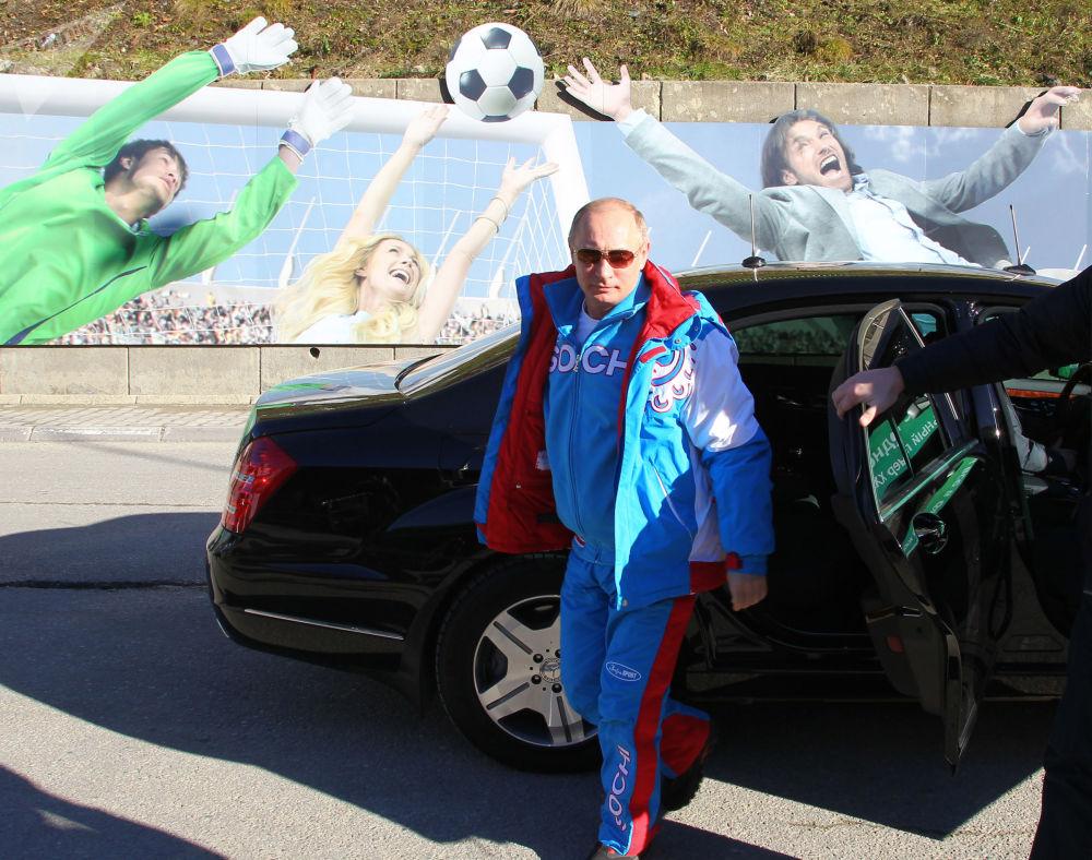 الرئيس الروسي فلاديمير بوتين يخرج من سيارة لدى وصوله إلى منتجع كراسنايا بوليانا للتزلج في سوتشي، عام 2013