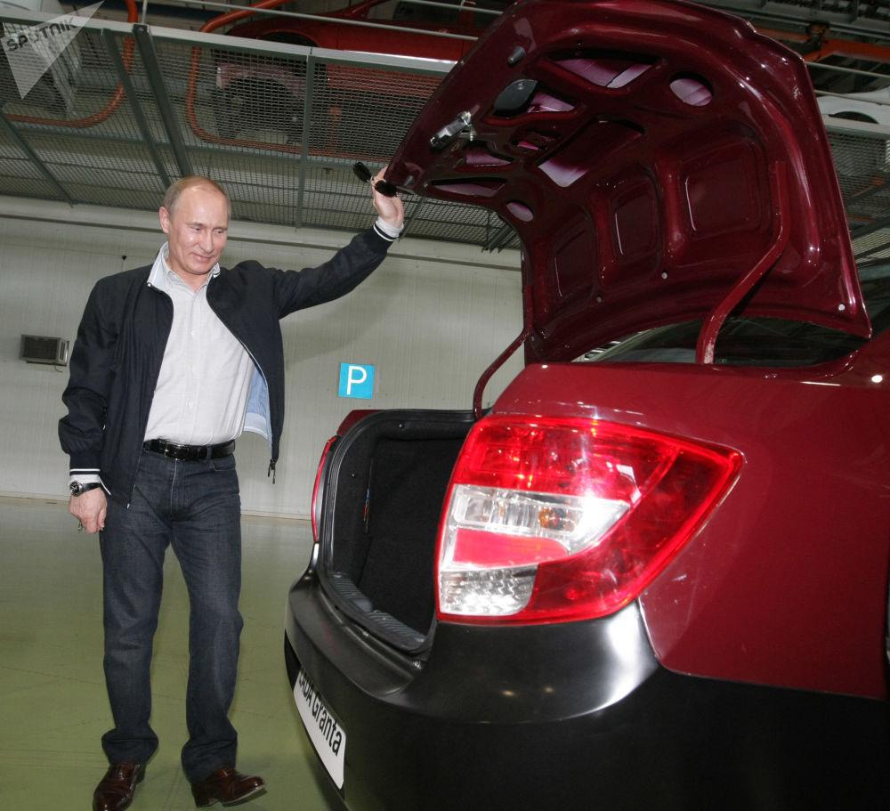 رئيس الوزراء الروسي فلاديمير بوتين يتفقد سيارة لادا غرانتا الجديدة، عام 2011