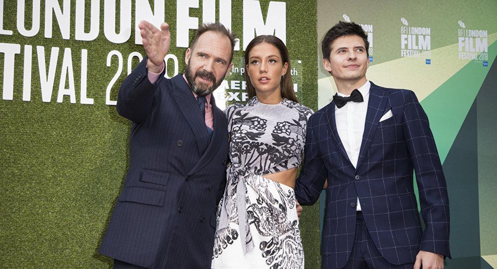 كاثرين جنكينز ورالف فانيس وأديل وأوليغ إيفينكو لدى وصولهم إلى العرض الأول لفيلم الغراب الأبيض في مهرجان لندن السينمائي