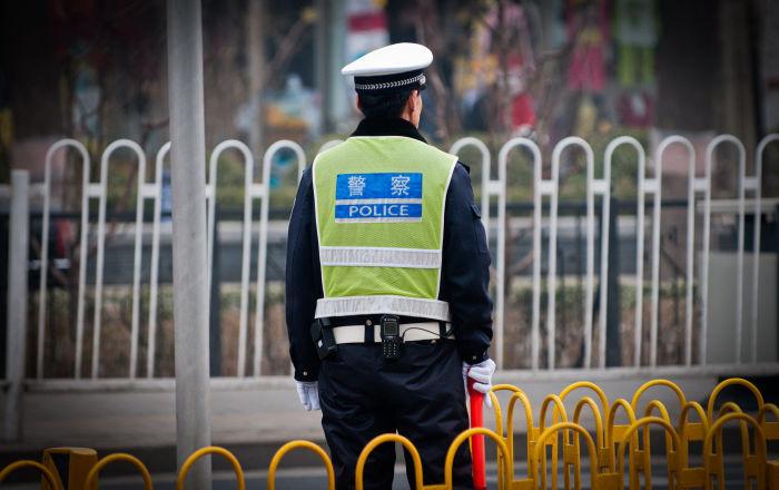 طفل صيني يداعب شرطيا بطريقة لطيفة… فيديو