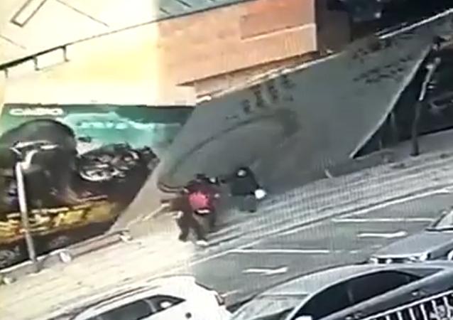سقوط لوحة إعلانات ضخمة على مجموعة من الماراة