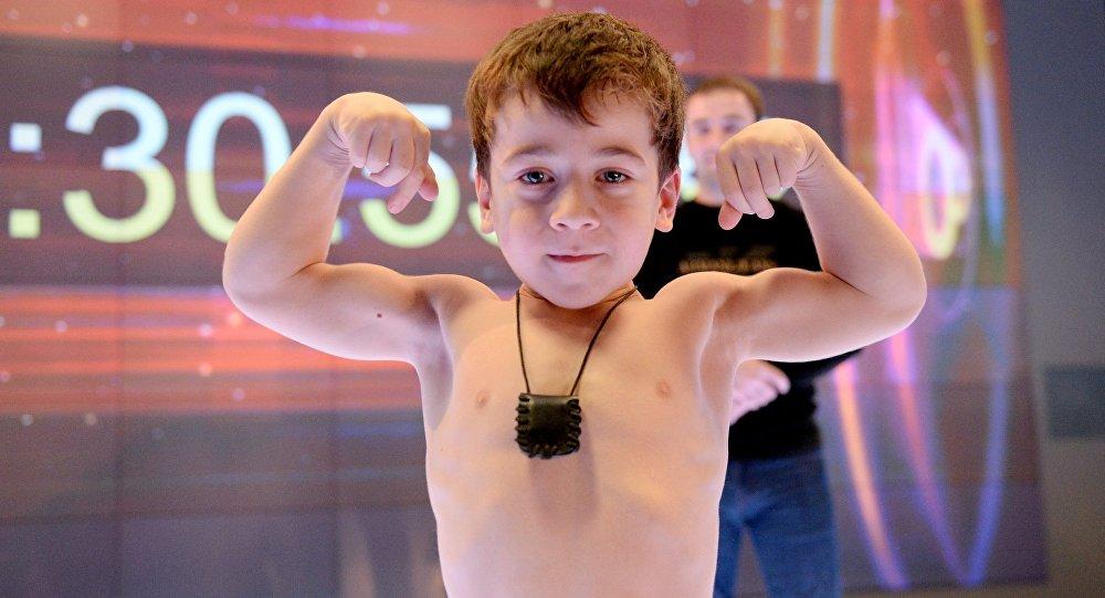 طفل ذو 5 سنوات يحطم 6 أرقام قياسية عالمية في تمرين الضغط