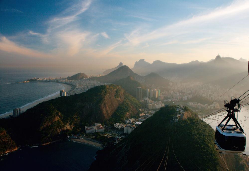 تلفريك يمر فوق  مدينة ريو دي جانيرو في البرازيل