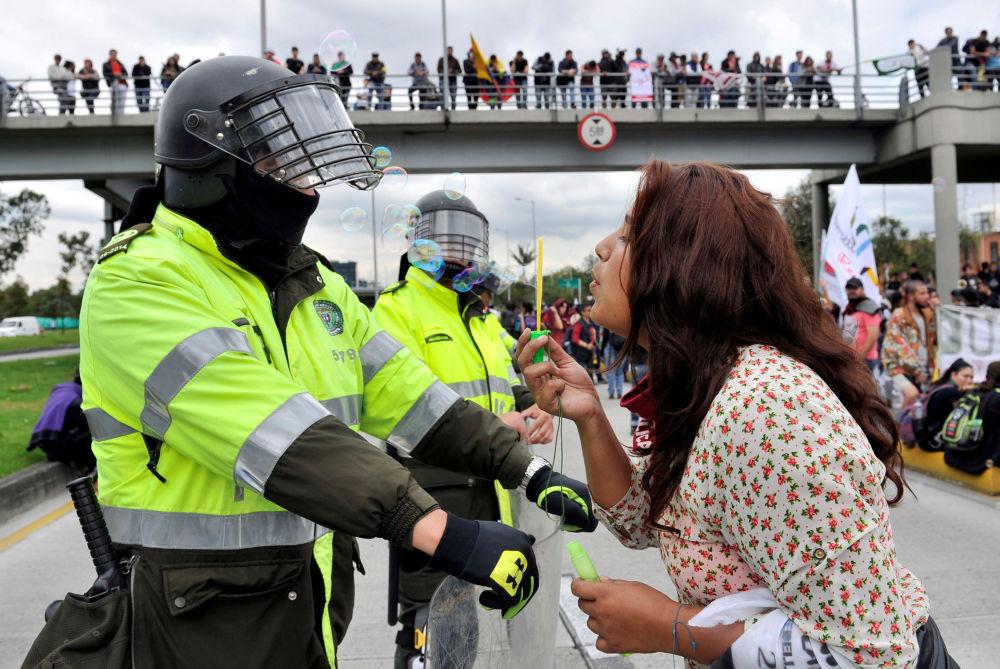 طالبة خلال المظاهرات في مدينة بوغوتا، كولومبيا