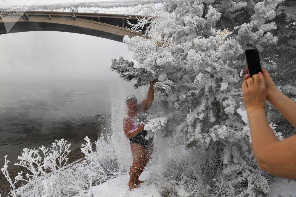 المشاركات في نادي كريوفيل للسباحة الشتوية، يلتقطن صورة جماعية على ضفة نهر ينيسي