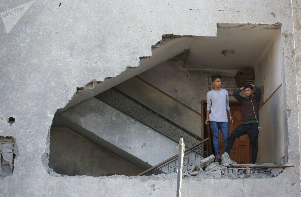 فلسطينيون بعد غارات الطيران الحربي الإسرائيلي في قطاع غزة، فلسطين 14 نوفمبر/ تشرين الثاني 2018
