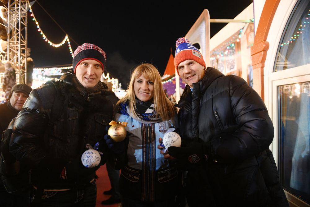 افتتاح حلبة التزلج على الساحة الحمراء في موسكو - المتزلجون الروس إيفان سكوبريف وسفيتلانا جوروفا، ولاعب هوكي الروسي أليكسي ياشين