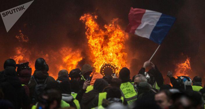 السترات الصفراء - مظاهرات و احتجاجات باريس ضد ارتفاع أسعار البنزين، والمطالبة بخفض ضريبة البنزين، ديسبمر/ كانون الأول 2018