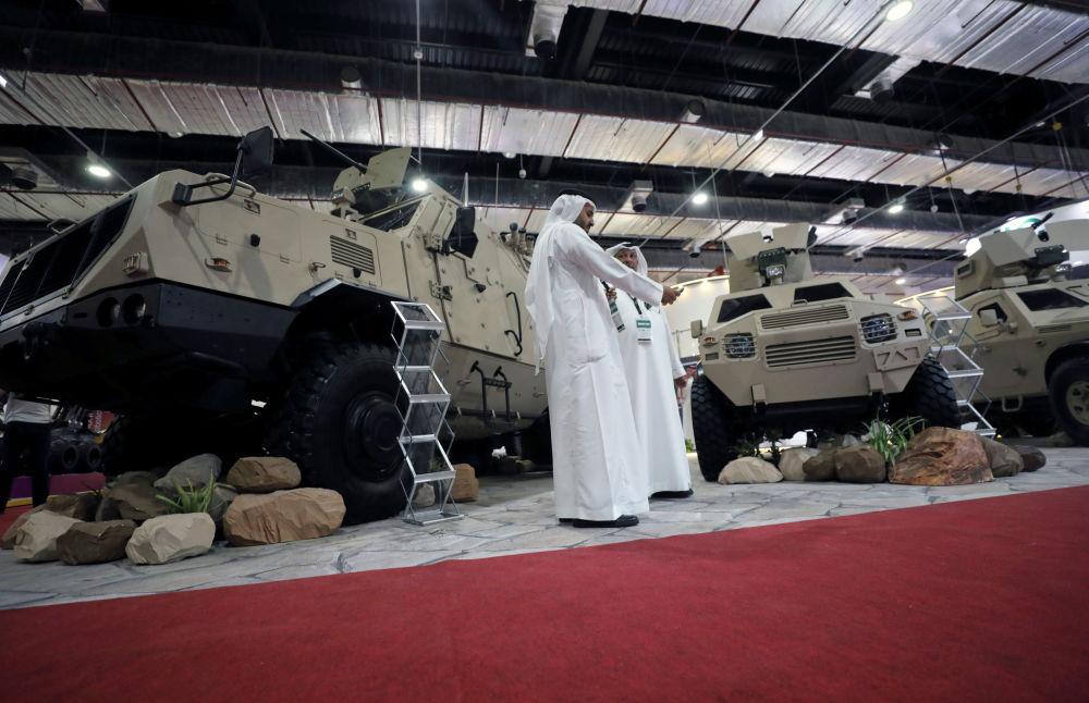 زوار يتفقدون المركبات العسكرية في الجناح السعودي في معرض إيديكس 2018 في القاهرة، 3 ديسمبر/ كانون الأول 2018