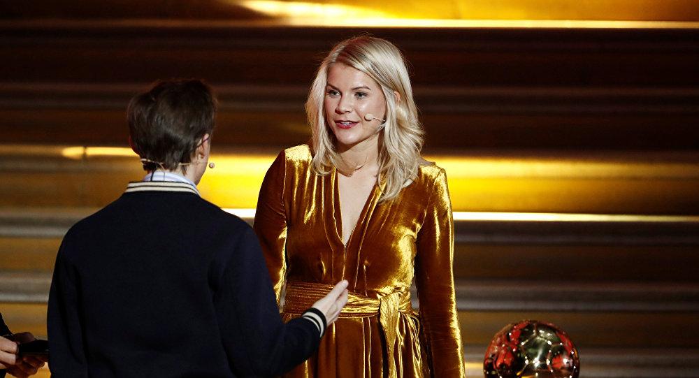 اللاعبة النرويجية أدا هيغيربرغ في حفل توزيع جوائز الكرة الذهبية العاصمة الفرنسية باريس، 3 ديسمبر/كانون الأول 2018