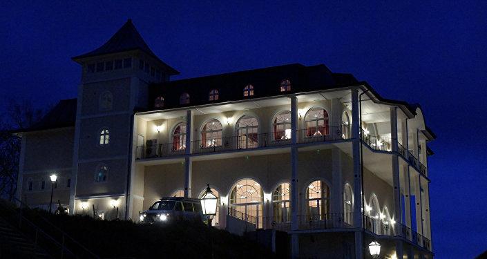 قصر جوهانسبورغ في ضواحي العاصمة السويدية ستوكهولم، يستعد لاستضافة المفاوضات بين الحكومة اليمنية وجماعة أنصار الله (الحوثيين)