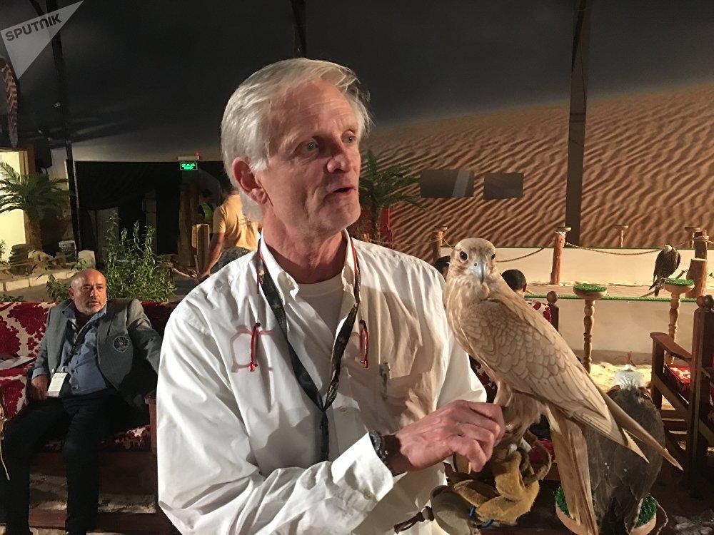الصقار الألماني يشارك في معرض الصقور في السعودية сокольник Николас