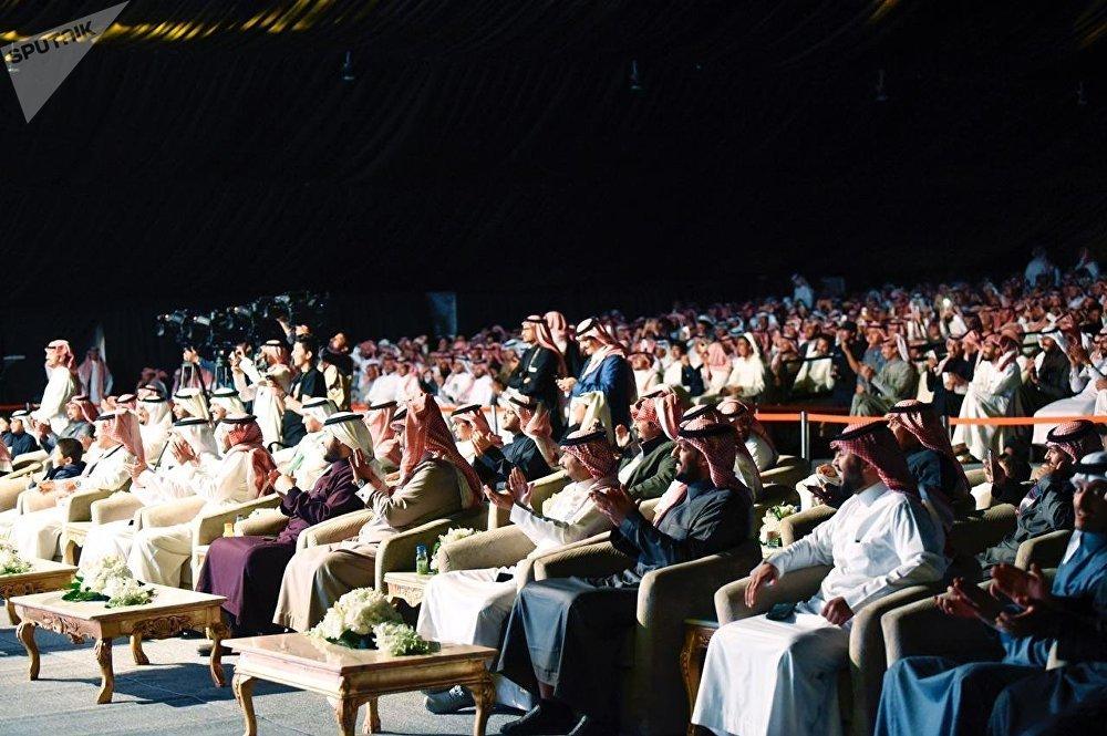 جانب من الحضور لمعرض الصقور  соколиная выставка