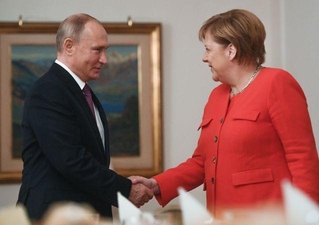 الرئيس فلاديمير بوتين يلتقي بالمستشارة الألمانية أنغيلا ميركل على هامش قمة مجموعة العشرين في بوينس آيرس، الأرجنتين