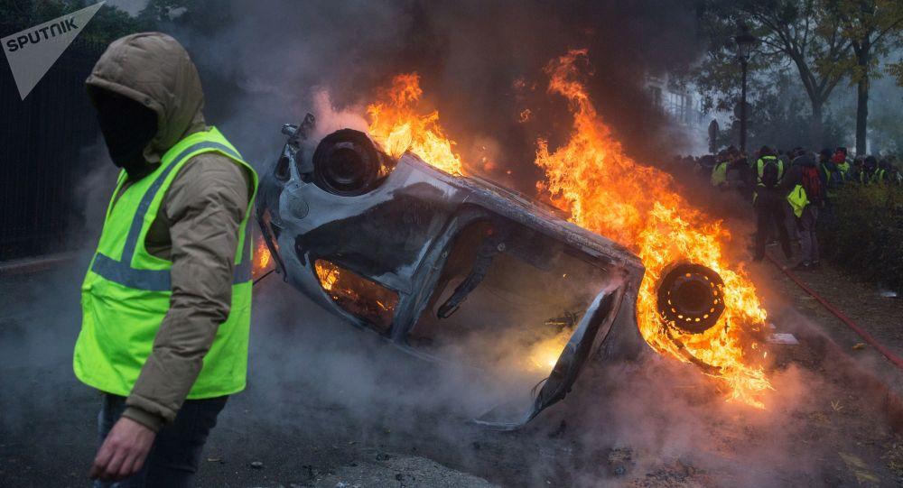 السترات الصفراء - مظاهرات و احتجاجات باريس ضد ارتفاع أسعار البنزين، والمطالبة بخفض ضريبة المحروقات، ديسبمر/ كانون الأول 2018