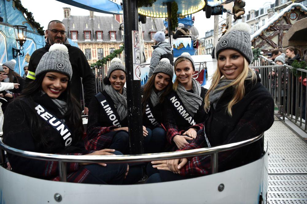 المشاركون في مسابقة الجمال ملكة جمال فرنسا 2019على عجلة فيريس في ليل، 2 ديسمبر/ كانون الأول 2018