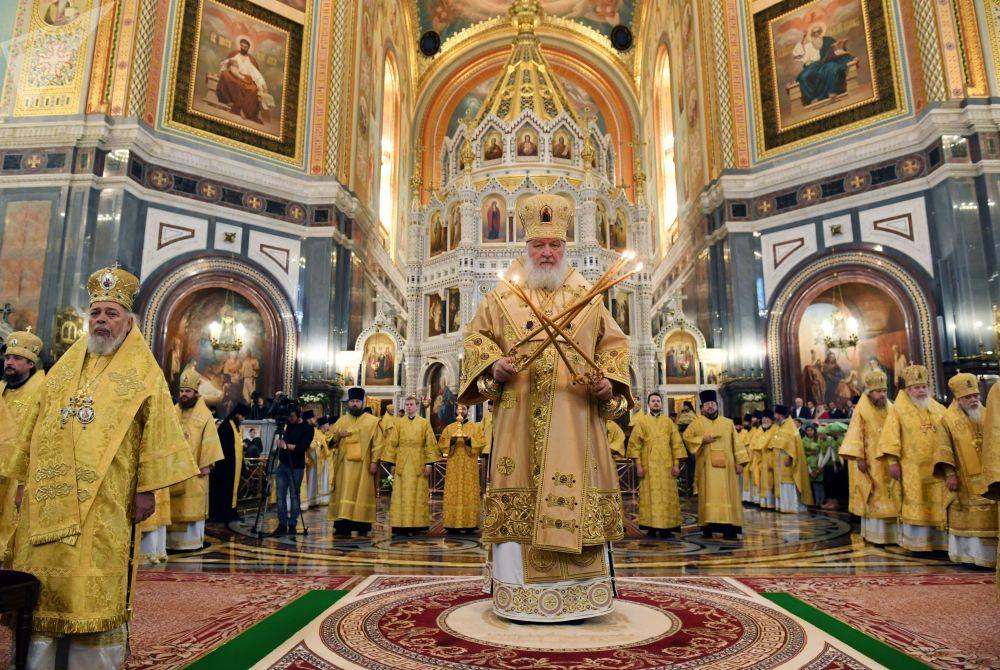 البطريرك كيريل خلال الخدمة في كاتدرائية المسيح المخلص في موسكو