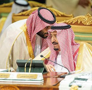 العاهل السعودي الأمير محمد بن سلمان يتحدث إلى العاهل السعودي الملك سلمان بن عبد العزيز آل سعود في افتتاح القمة الخليجية الـ 39 في الرياض، 9 ديسمبر/كانون الأول 2018