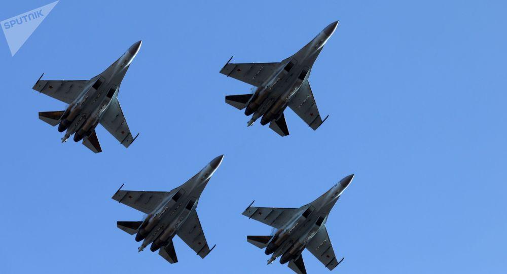 مقاتلات سو-35 إس التابعة لفرقة الاشتعراض الجوي سوكولي روسيي (صقور روسيا) في مطار القاعدة الجوية سينترالنايا أوغلافايا في فلاديفوستوك، الروسية