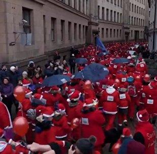 فعالية خيرية... مسيرة بابا نويل في مدينة ريغا