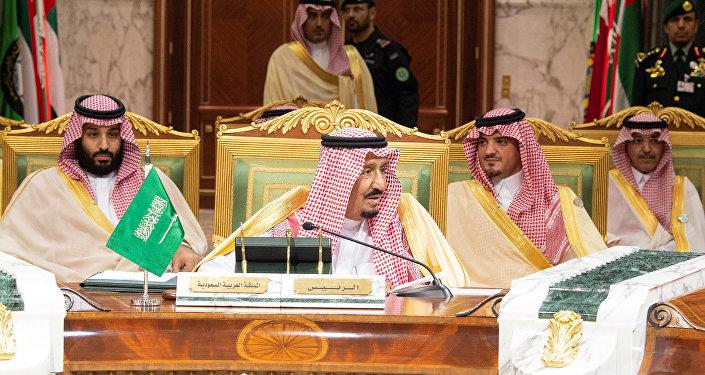 العاهل السعودي الملك سلمان بن عبد العزيز آل سعود وخلفة ولي العهد الأمير محمد بن سلمان في افتتاح القمة الخليجية الـ 39 في الرياض، 9 ديسمبر/كانون الأول 2018