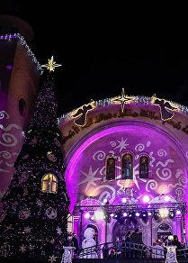 الميلاد هون...شجرة السلام تشع بالمحبة في اللاذقية السورية