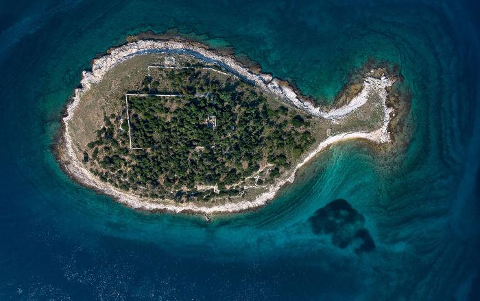 جزيرة على شكل سمكة، في أرخبيل بريجوني، كرواتيا