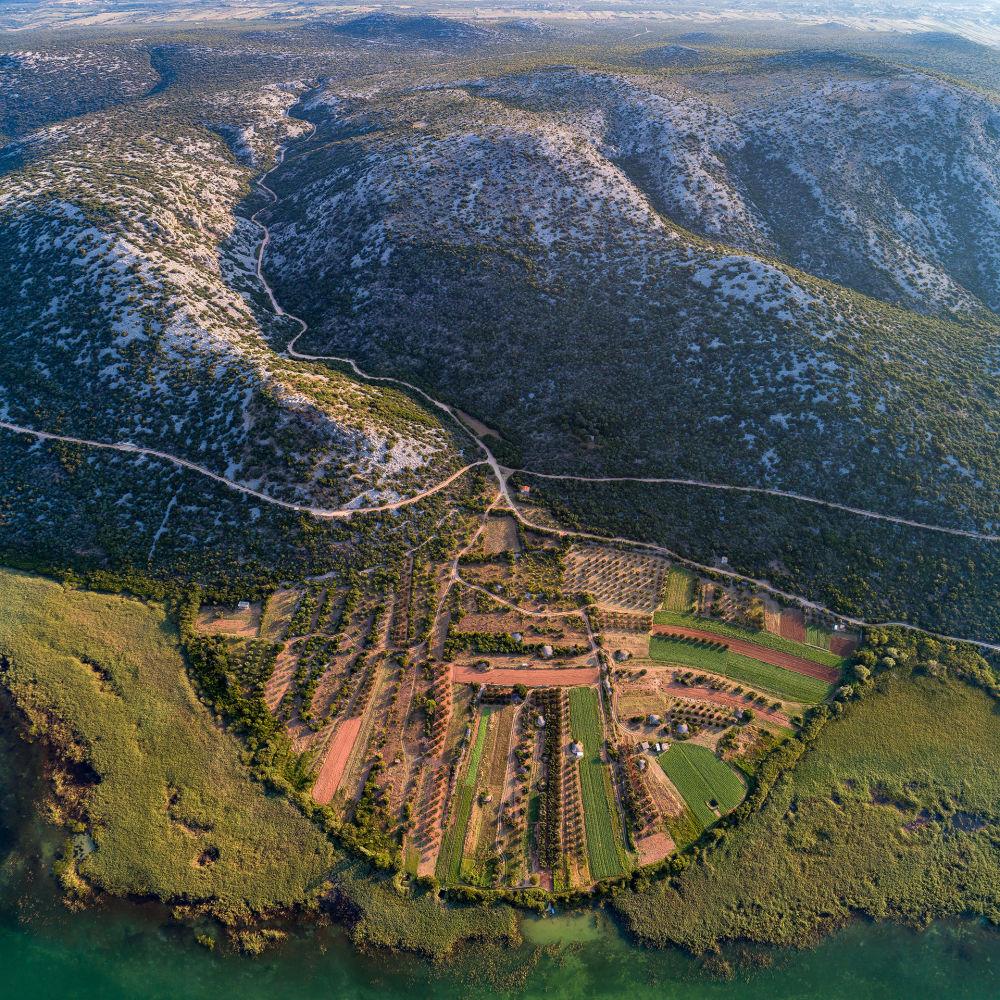تغير التضاريس بسبب مرور النهر خلالها، بالقرب من بحيرة فرانسكو، كرواتيا