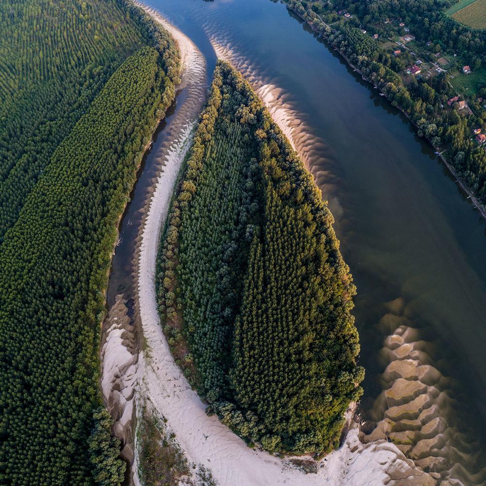 منظر لدلتا نهر الدانوب، ثاني أطول نهر في الاتحاد الأوروبي (يلقب بنهر العواصم لكونه يمر في فيينا وبراتيسلافا وبودابست وبلغراد،)