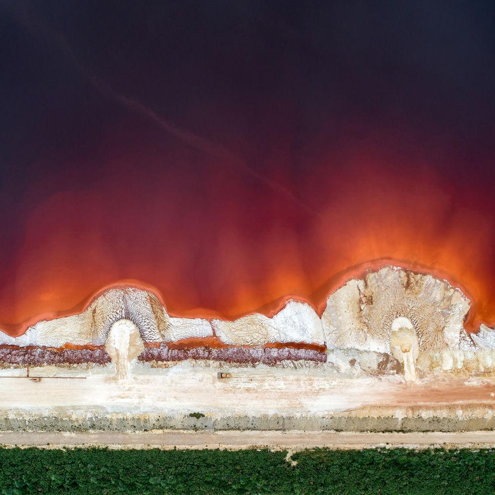 تعزيز السد للحماية من النفايات السامة عن إنتاج الألومنيوم في غاليسيا، إسبانيا
