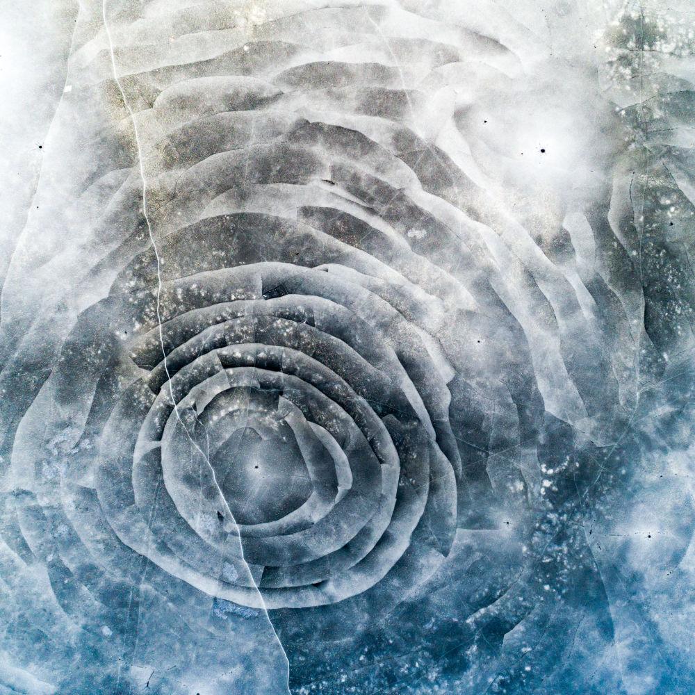 تشققات في الجليد على شكل زهرة، آكيرس، في السويد