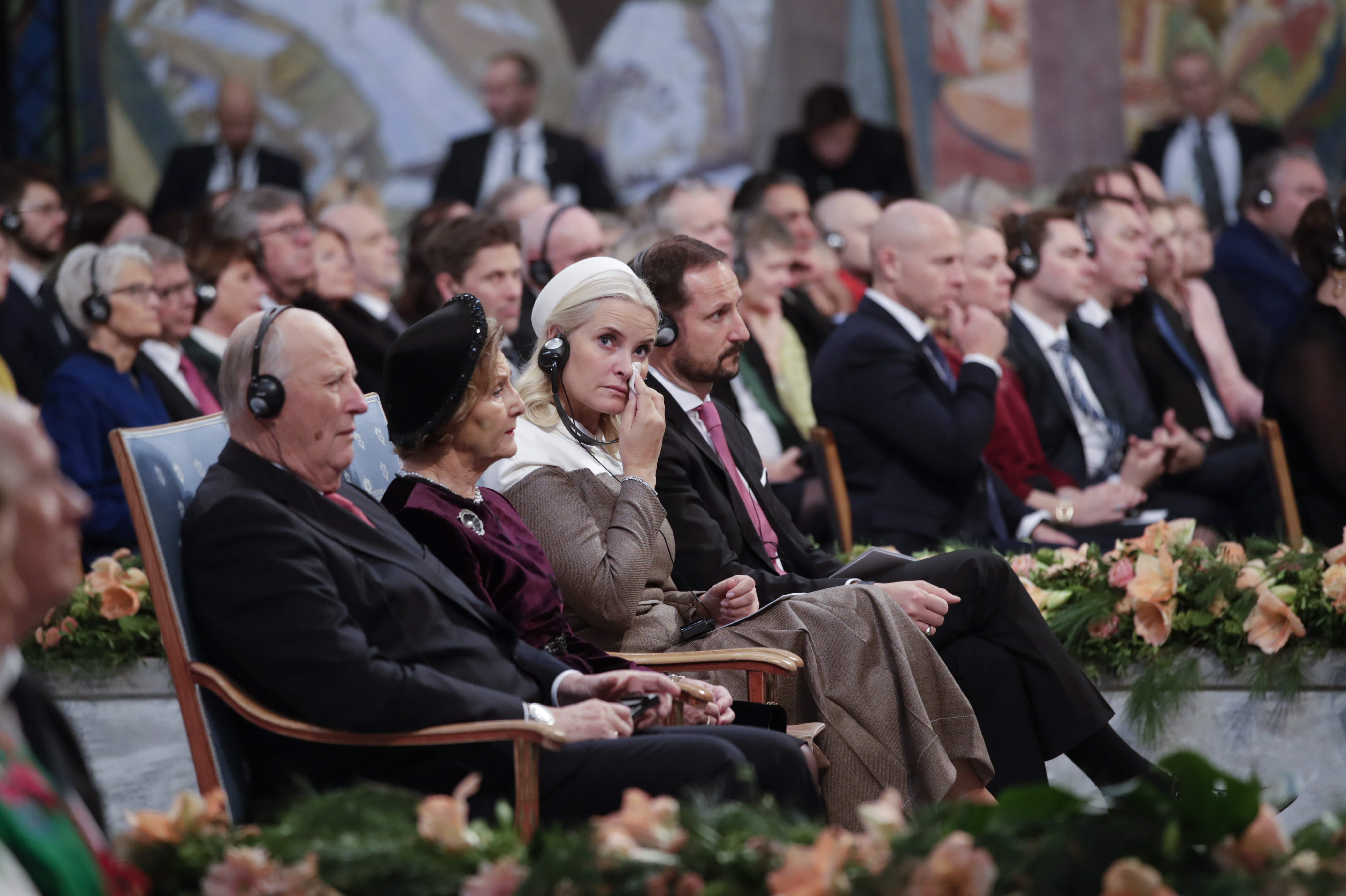 أميرة النرويج ميت باريت تبكي خلال إلقاء ناديا مراد لخطابها في حفل جوائز نوبل