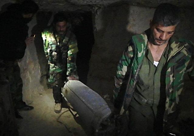 ضبطت الأجهزة الأمنية السورية في درعا مستودعا يحوي صواريخ أرض - جو ضمن أنفاق بعمق يزيد عن 15 مترا، وعلى بعد أمتار من المنطقة الحدودية الفاصلة مع الأردن.