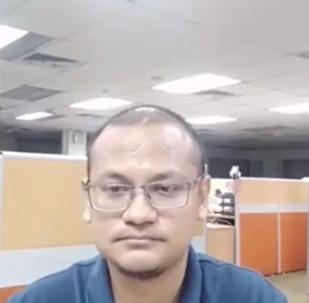 شاب يوثق فيديو مخيف أثناء عمله وحيدا في المكتب